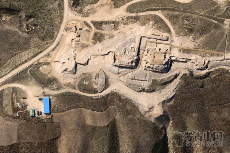 四千年前的石峁遗址地面,神面纹石立柱依然矗立