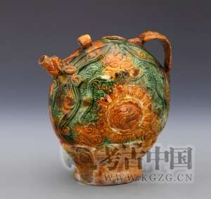 辽代 · 三彩釉印海水流云纹扁把壶(辽宁省博物馆)