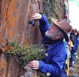 海内外专家学者齐聚四川石渠 新发现一处疑似古岩画遗址