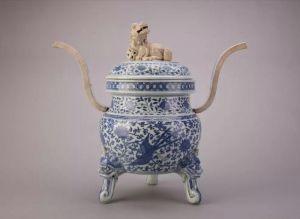 明代 · 青花莲鹤纹素狮纽瓷熏炉(四川博物院)