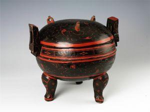西汉 · 云纹漆鼎(湖南省博物馆)